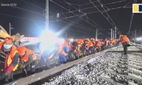 Thần tốc: 1.000 công nhân nối gần 2km đường ray chỉ trong một đêm