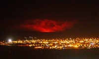 Kinh hãi núi lửa phun trào trong đêm gần thủ đô của Iceland