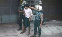 Cảnh sát Myanmar khống chế một người biểu tình ngày 19/3. Ảnh: Reuters