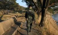 Binh sĩ Thái Lan đi tuần trên biên giới giáp Myanmar. Ảnh: Reuters