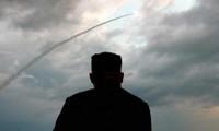 Ông Kim Jong-un theo dõi một vụ thử vũ khí. Ảnh: KCNA