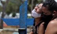 Người thân một bệnh nhân qua đời vì COVID-19 ở Brazil. Ảnh: Reuters