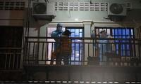 Một phụ nữ ở Phnom Penh lấy mẫu xét nghiệm. Ảnh: Phnom Penh Post