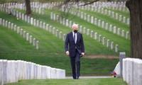 Ông Biden thăm nghĩa trang Arlington ngày 14/4. Ảnh: Reuters