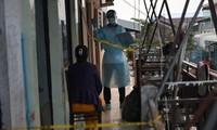 Một người ở Phnom Penh chờ xét nghiệm COVID-19. Ảnh: Phnom Penh Post