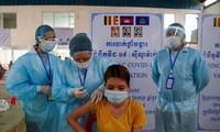Một phụ nữ Campuchia đang được tiêm vắc xin ngừa COVID-19. Ảnh: Reuters