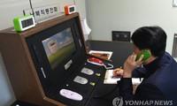 Một nhân viên Hàn Quốc thực hiện cuộc gọi thử với Triều Tiên vào ngày 1/1/2018, thông qua đường dây nóng được thiết lập tại văn phòng liên lạc liên Triều ở làng đình chiến Bàn Môn Điếm. Ảnh: Yonhap