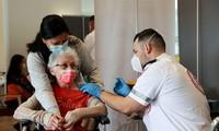 Một cụ bà Israel được tiêm vắc xin ở Netanya. Ảnh: Reuters
