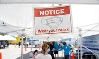 Người dân xếp hàng chờ lấy mẫu xét nghiệm COVID-19 ở Florida (Mỹ). Ảnh: Reuters