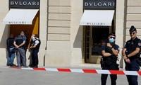 Cảnh sát tại hiện trường vụ cướp. Ảnh: Reuters