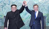 Tổng thống Hàn Quốc Moon Jae-in và Chủ tịch Triều Tiên Kim Jong-un trong một cuộc gặp tại Bàn Môn Điếm. Ảnh: AP