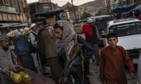 Một binh sĩ Taliban đi tuần ở chợ. Ảnh: AP