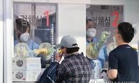 Người dân lấy mẫu xét nghiệm ở Gangnam. Ảnh: Yonhap
