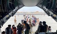 Lực lượng nước ngoài sơ tán công dân từ Afghanistan. Ảnh: Reuters