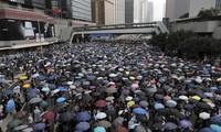 Đám đông biểu tình bên ngoài tòa nhà Hội đồng Lập pháp Hong Kong. Ảnh: AP.