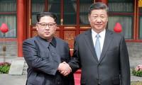 Lãnh đạo Triều Tiên Kim Jong Un bắt tay Chủ tịch Trung Quốc Tập Cận Bình trong chuyến công du Bắc Kinh hồi tháng 3/2018. Ảnh: SCMP
