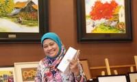 Bà Yuyum Fhahni Paryani, đại diện của Indonesia tại Ủy ban Thúc đẩy và bảo vệ quyền phụ nữ và trẻ em ASEAN, tỏ ra thích thú với các sản phẩm Việt Nam được làm từ nguyên liệu sẵn có ở địa phương, thân thiện với môi trường. Ảnh: Thái An.