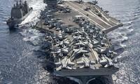 Tàu sân bay Ronald Reagan và tàu tuần dương Chancellorsville ở biển Đông. Ảnh: U.S. Navy.