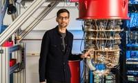 CEO của Google, Sundar Pichai, bên máy tính lượng tử của hãng. Ảnh: CNN.