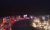 Cảnh sát đóng cửa cao tốc M20 để khám xe tải chở người nhập cư. Ảnh: UKNIP.