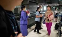 Nhân viên y tế tuyên truyền về giám sát dịch bệnh sau khi quét thân nhiệt hành khách tới Bangkok (Thái Lan) từ Vũ Hán (Trung Quốc). Ảnh: Getty.