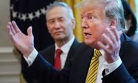Tổng thống Mỹ Donald Trump và Phó thủ tướng Trung Quốc Lưu Hạc (trái) tại Nhà Trắng ngày 4/4/2019. Ảnh: Getty.