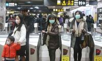 Hành khách tàu điện ngầm ở Đài Loan ngày 28/1 đeo khẩu trang để phòng lây nhiễm coronavirus mới. Ảnh: AP.
