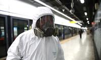 Người phụ trách khử trùng tại một ga tàu điện ngầm ở thủ đô Seoul của Hàn Quốc. Ảnh: Getty.