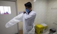 Nhân viên bệnh viện chuẩn bị vào phòng cách ly - nơi có 1 người nghi mắc Covid-19 (chụp ngày 9/2 tại thủ đô Tehran của Iran). Ảnh: SIPA.