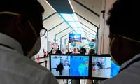 Nhân viên sân bay quốc tế Bandaranaike của Sri Lanka theo dõi màn hình máy đo thân nhiệt hành khách ngày 24/1. Ảnh: Getty.