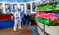 Một công nhân phun thuốc khử trùng tại thủy cung Sea World ở thủ đô Jakarta của Indonesia hôm 14/3. Nguồn: The Star.