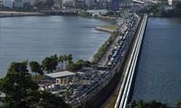 Hàng dài xe cộ xếp hàng vào Singapore từ phía Malaysia ở trạm kiểm soát Woodlands hôm 17/3. Ảnh: Getty.
