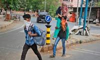 Lao động nhập cư về quê nhà sau khi Ahmedabad, thành phố lớn nhất ở bang Gujarat của Ấn Độ, bị phong tỏa. Ảnh: AP