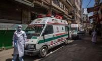 Xe cứu thương chờ đưa người tới khu cách ly ở thủ đô New Delhi của Ấn Độ ngày 3/4. Ảnh: Getty.