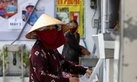 Nhận gạo miễn phí ở ATM gạo tại TPHCM. Ảnh: Reuters.