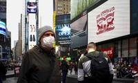 Một người đeo khẩu trang trên Quảng trường Thời đại ở New York, Mỹ ngày 3/3. Ảnh: Getty.