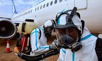 Nhân viên sân bay quốc tế Juba của Nam Sudan chuẩn bị khử khuẩn chiếc máy bay hạ cánh hôm 3/4. Ảnh: Getty Images.
