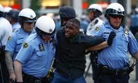Cảnh sát thành phố Philadelphia khống chế một người biểu tình hôm 30/5. Ảnh: AP.