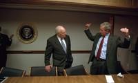 Tổng thống Mỹ George W. Bush nói chuyện với Phó tổng thống Dick Cheney trong hầm ngầm ngày 11/9/2001. Ảnh: Alamy.