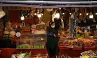 Người bán hàng đeo khẩu trang trong một chợ truyền thống ở thủ đô Seoul của Hàn QUốc hôm 12/12. Ảnh: Getty Images.