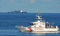 Tàu hải cảnh Trung Quốc (phía xa) vờn nhau với tàu cảnh sát biển Philippines. Nguồn: SCMP.