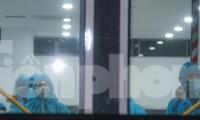 Người dân Bình Định được đưa về quê trong chuyến bay đầu tiên. Ảnh: Trương Định
