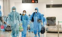 Người dân Bình Định ở TPHCM được tỉnh đón về bằng máy bay. Ảnh: Trương Định