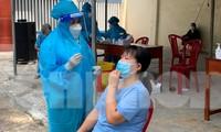 Công tác xét nghiệm tầm soát trên địa bàn TP Quy Nhơn. Ảnh: Trương Định