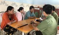 Công an huyện Bình Sơn (Quảng Ngãi) đang xác minh, thu thập thông tin từ gia đình bệnh nhân ở huyện Bình Sơn từng được ông Võ Hoàng Yên khám, chữa bệnh. Ảnh: Nguyễn Ngọc