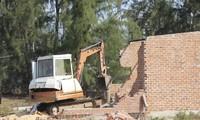 Ra quân cưỡng chế, tháo dỡ các công trình xây dựng trái phép trong Khu kinh tế Nhơn Hội đợt năm 2019. Ảnh: Trương Định