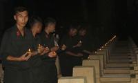 Tuổi trẻ Bình Định thắp nến và dâng hương tri ân các anh hùng liệt sỹ. Ảnh: Trương Định
