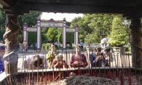 Người dân và du khách thành kính dâng hương tại Điện thờ Tây sơn tam kiệt.