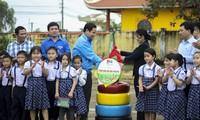 Tặng công trình sân chơi cho các em thiếu nhi. Ảnh: Trương Định