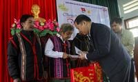 Ông Nguyễn Phi Long trao tặng quà cho các già làng. Ảnh: Trương Định